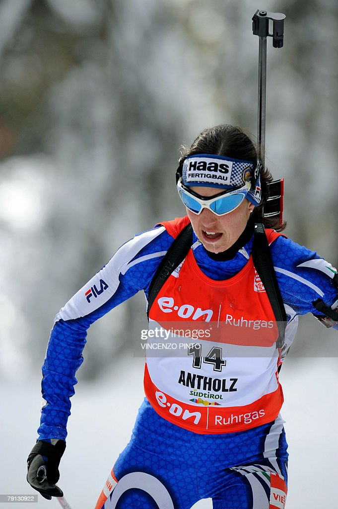 Italian Michela Ponza skiis during the Women World Cup Biathlon's 12.5 km mass start 20 January 2008 in Anterselva. German Andrea Henkel won the race ahead of Anna Carin Olofsson of Sweden and compatriot Kati Wilhelm. Ponza paced 7th. AFP PHOTO / VINCENZO PINTO