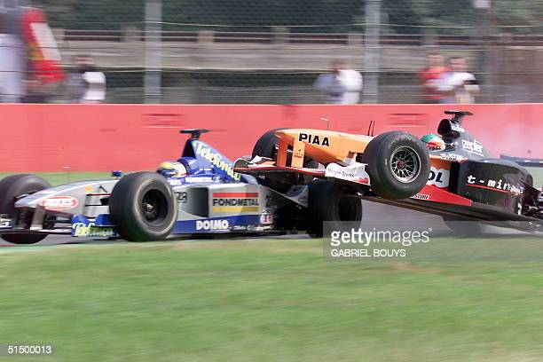 Italian MinardiFord driver Luca Badoer and Japanese Arrows driver Toranosuke Takagi crash 12 September 1999 on the Monza racetrack during the 70th...