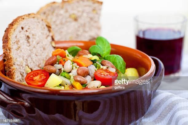 minestrone con pane italiano