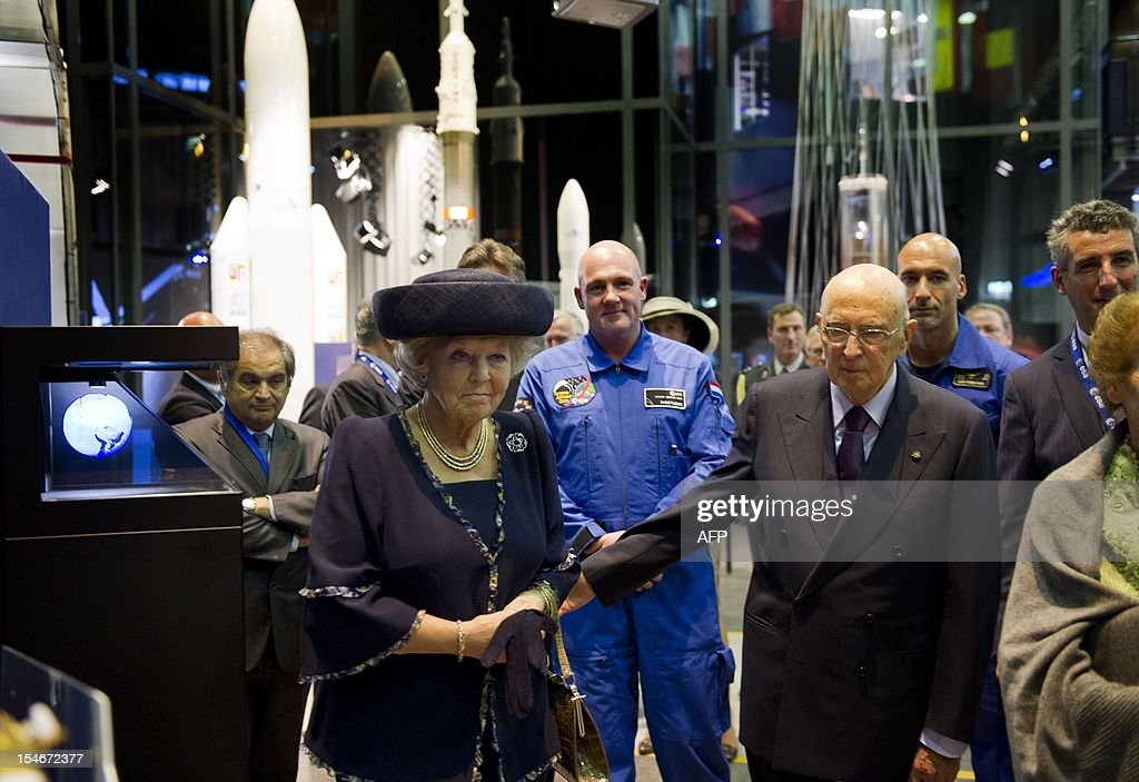 Italian President Giorgio Napolitano (front R) and Dutch Queen Beatrix (L) visit in the presence Dutch astronaut Andre Kuipers (2L) and Italian astronaut Luca Parmitano (2R) the research and test centre ESTEC at the European Space Agency, ESA, in Noordwijk on October 24, 2012. The president and his wife Clio pay a three-day state visit to the Netherlands. AFP PHOTO / ANP POOL ROYAL IMAGES / FRANK VAN BEEK netherlands out