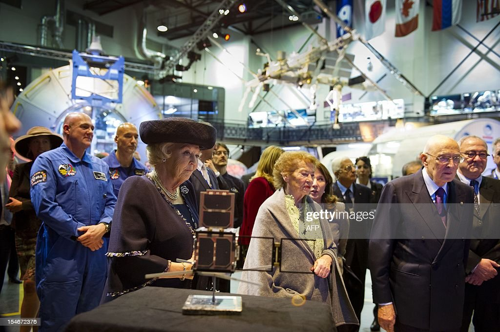 Italian president Giorgio Napolitano (R), his wife Clio and Dutch Queen Beatrix (L) visit in the presence Dutch astronaut Andre Kuipers and Italian astronaut Luca Parmitano the research and test centre ESTEC of European Space Agency, ESA, in Noordwijk on October 24, 2012. The president and his wife Clio pay a three-day state visit to the Netherlands. AFP PHOTO / ANP POOL ROYAL IMAGES / FRANK VAN BEEK netherlands out