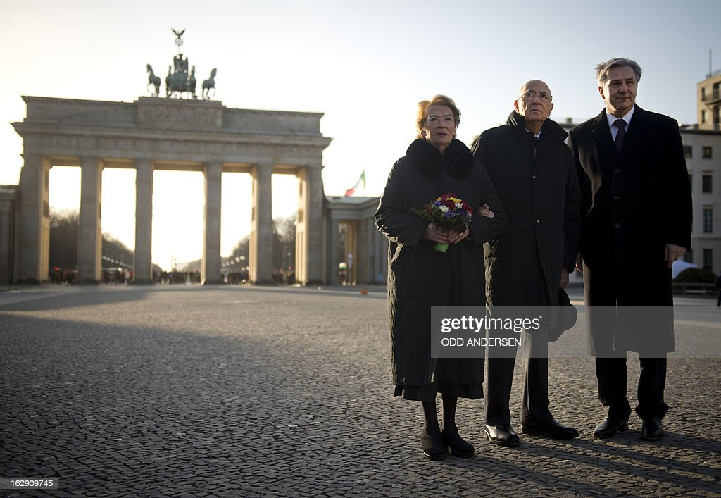Italian President Grigorio Napolitano (C) and his wife Clio Maria Bittoni (L) pose for a picture with Berlin Mayor Klaus Wowereit (R) in front of Brandenburger gate at the end of his four-day state visit in Berlin on March 1, 2013.