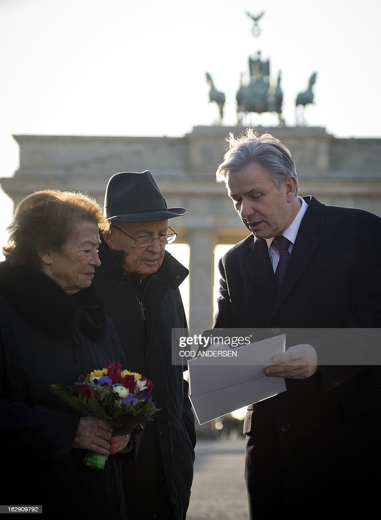Italian President Grigorio Napolitano (C) and his wife Clio Maria Bittoni (L) pose for a picture with Berlin Mayor Klaus Wowereit (R) in front of Brandenburger gate at the end of his four day state visit in Berlin on March 1, 2013.