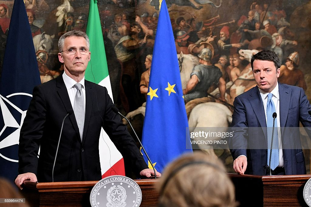 Italian Prime Minister Matteo Renzi (R) and Secretary General of NATO Jens Stoltenberg give a joint press conference following their meeting on May 24, 2016 at the Palazzo Chigi in Rome. / AFP / VINCENZO