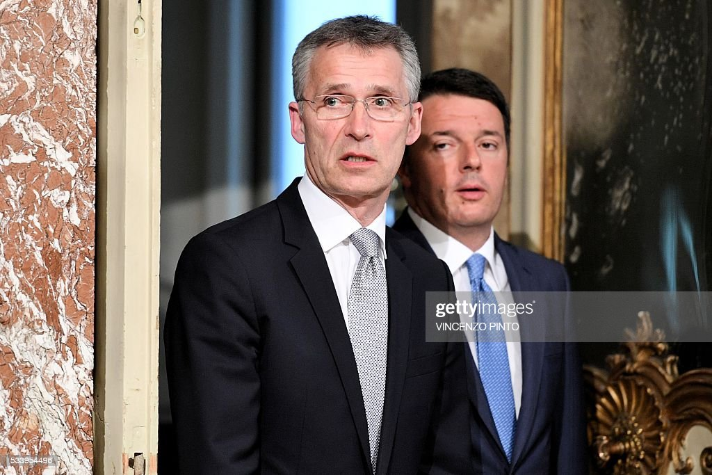 Italian Prime Minister Matteo Renzi (R) and Secretary General of NATO Jens Stoltenberg arrive to give a joint press conference following their meeting on May 24, 2016 at the Palazzo Chigi in Rome. / AFP / VINCENZO