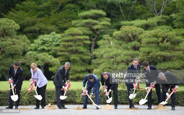 TOPSHOT Italian Prime Minister Matteo Renzi German Chancellor Angela Merkel US President Barack Obama Japan's Prime Minister Shinzo Abe French...