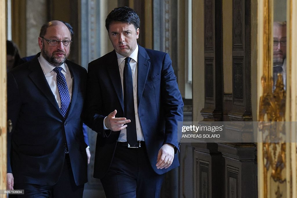 Italian Prime Minister Matteo Renzi (R) speaks with the President of the European Parliament Martin Schulz, as they arrive for a joint press conference at the Palazzo Chigi on February 12, 2016 in Rome. / AFP / ANDREAS SOLARO