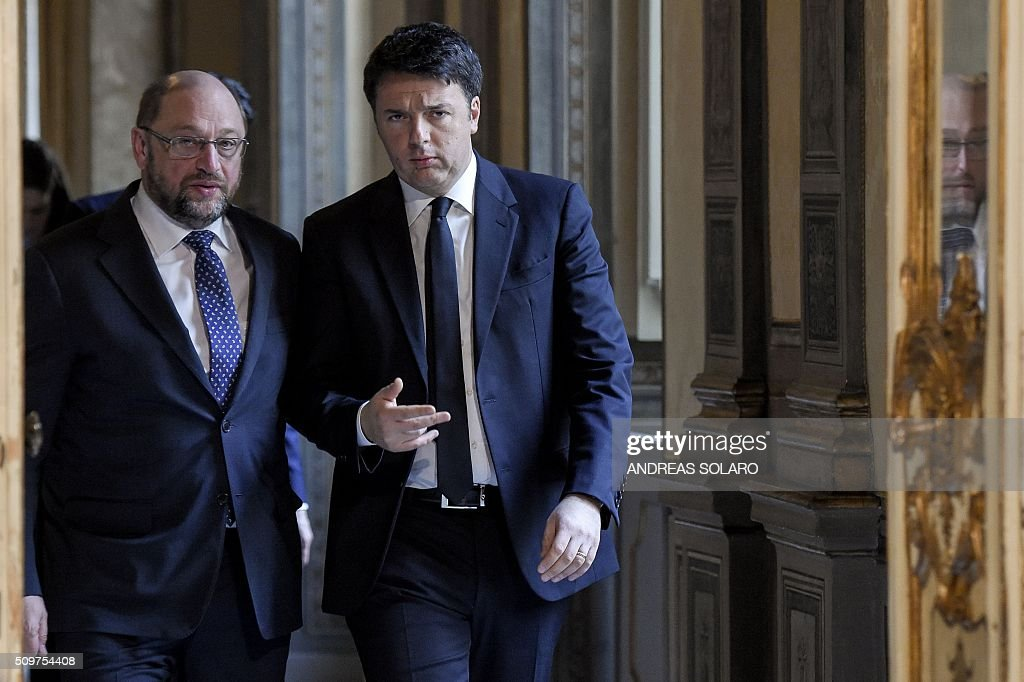 Italian Prime Minister Matteo Renzi (R) speaks with the President of the European Parliament, Martin Schulz, as they arrive for a joint press conference at the Palazzo Chigi on February 12, 2016 in Rome. / AFP / ANDREAS SOLARO