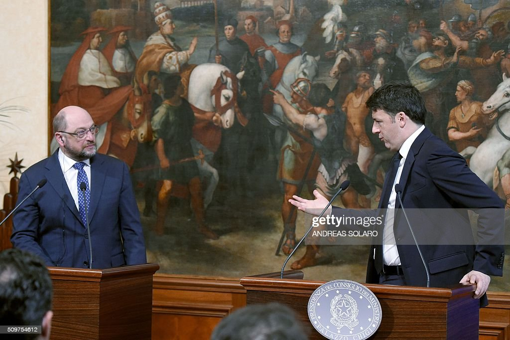 Italian Prime Minister Matteo Renzi (R) speaks with the President of the European Parliament, Martin Schulz, during a joint press conference at the Palazzo Chigi on February 12, 2016 in Rome. / AFP / ANDREAS SOLARO