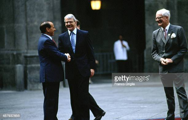 Italian Prime Minister Silvio Berlusconi shakes hands with British Prime Minister John Major on the right British Foreign Minister Douglas Hurd...