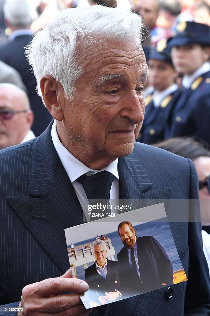 Italian producer Fulvio Lucisano arrives at the funeral of Italian actor Bud Spencer, born Carlo Pedersoli, at the church of the artists, Santa Maria in Montesanto, on June 30, 2016 at Piazza del Popolo in Rome. Bud Spencer who starred in a string of spaghetti westerns, died on June 27 in Rome aged 86. / AFP / TIZIANA