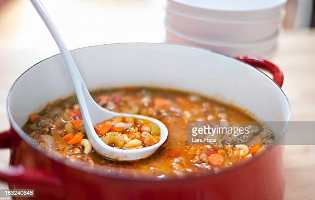 Italienischer Wurst, weißen Bohnen, Makkaroni-Suppe