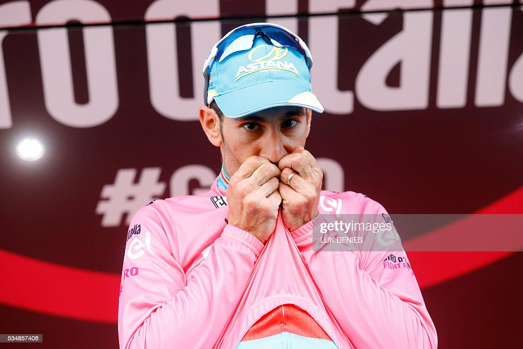 Italian Vincenzo Nibali of team Astana celebrates the pink jersey of the overall leader on the podium of the 20th stage of the 99th Giro d'Italia, Tour of Italy, from Guillestre to Sant'Anna di Vinadio on May 28, 2016. Starting the day second at 44sec behind leader Esteban Chaves, Italian Vincenzo Nibali puts 1min 35sec into the Colombian to snatch the pink jersey. / AFP / LUK