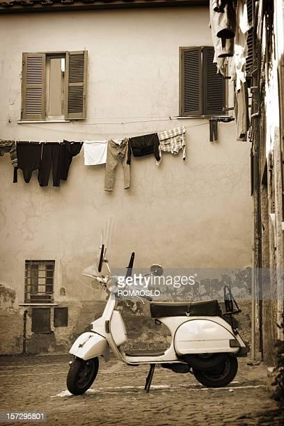 Italiano scooter vintage in un villaggio, Lazio Italia
