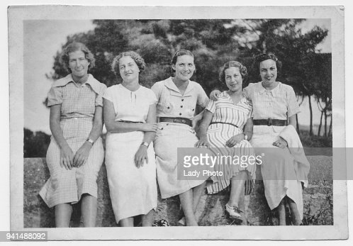 Amigos de las mujeres italianas en 1934 : Foto de stock