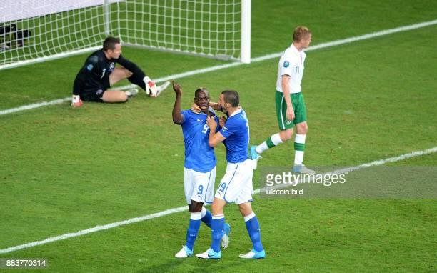 FUSSBALL EUROPAMEISTERSCHAFT Italien Irland Mario Balotelli und Leonardo Bonucci jubeln ueber das 20
