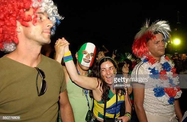 Italien ist Fußballweltmeister resignierte franzöische Fußballfans und jubelnde Italiener auf dem Fan Fest FIFAWM 2006 in Berlin