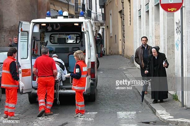 Italien Rom Gesundheitswesen Krankentransport Patient wird von Sanitaetern in einen Krankenwagen geschoben