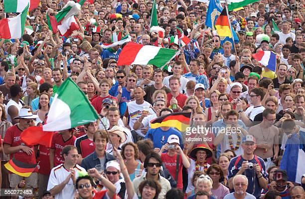 Italienische deutsche und französische Fußballfans jubeln auf dem Fan Fest FIFAWM 2006 am in Berlin während des Endspiels FrankreichItalien