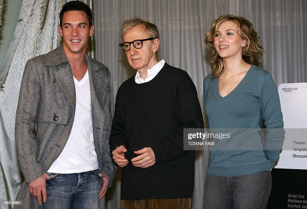 Actors Jonathan Rhys-Meyers of Ireland and Scarlett Johansson of US pose with their film director Woody Allen of US during a photocall of 'Match Point' , in Rome 21 December 2005. AFP PHOTO / TIZIANA FABI