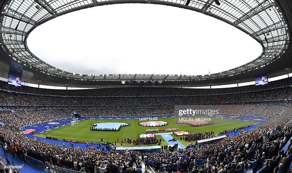 Italy and Spain teams line up ahead of the Euro 2016 round of 16 football match between Italy and Spain at the Stade de France stadium in Saint-Denis, near Paris, on June 27, 2016. / AFP / MIGUEL