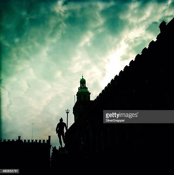 Italia, Bologna, Silhouette di edifici in Piazza Maggiore