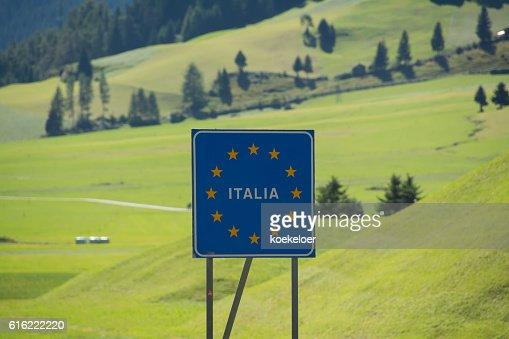 Italy bordersign at Reschenpass : ストックフォト