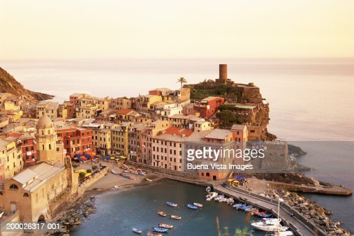Italy, Cinqueterre, Vernazza, Bay and buildings