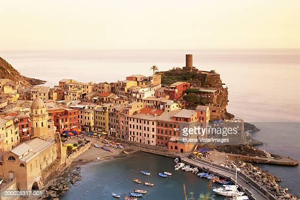 Italy, Cinqueterre, Vernazza, Bay and buildings
