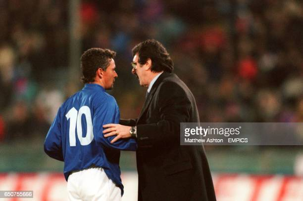 Italy coach Dino Zoff talks to Roberto Baggio