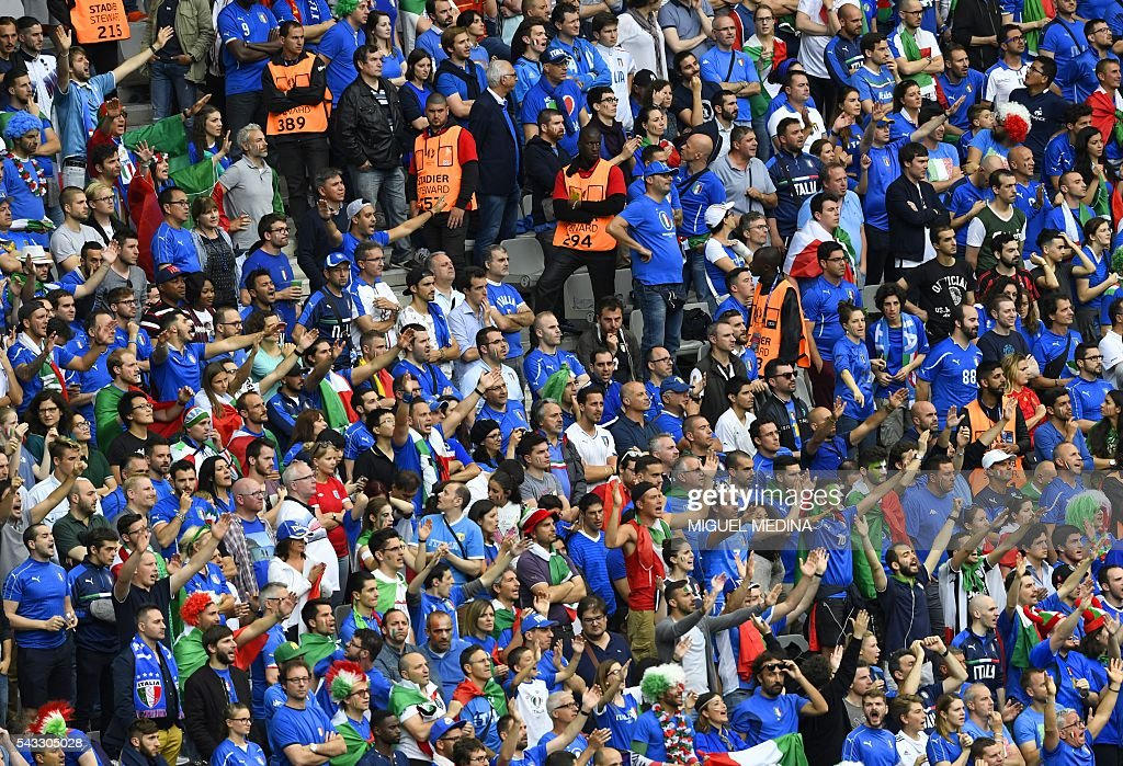 Italy fans cheer during the Euro 2016 round of 16 football match between Italy and Spain at the Stade de France stadium in Saint-Denis, near Paris, on June 27, 2016. / AFP / MIGUEL
