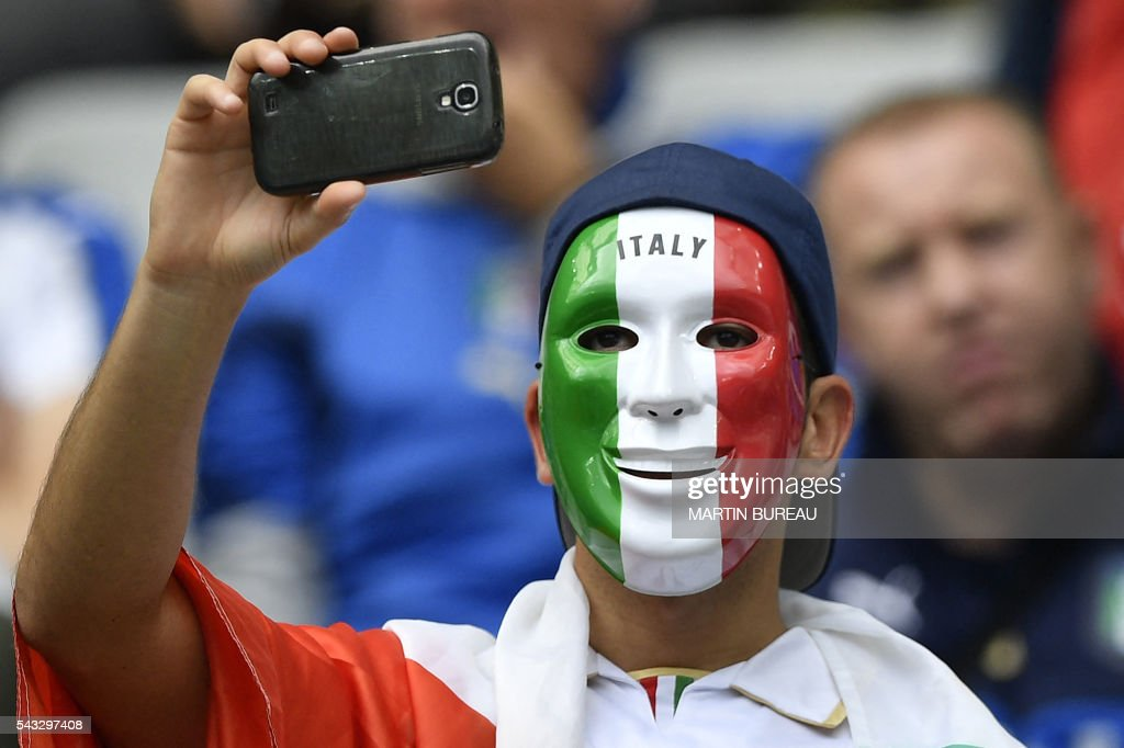 Italy fans wait for the start of the Euro 2016 round of 16 football match between Italy and Spain at the Stade de France stadium in Saint-Denis, near Paris, on June 27, 2016. / AFP / MARTIN