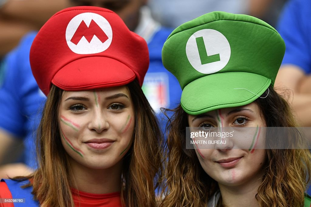 Italy fans wait for the strat of the Euro 2016 round of 16 football match between Italy and Spain at the Stade de France stadium in Saint-Denis, near Paris, on June 27, 2016. / AFP / MARTIN