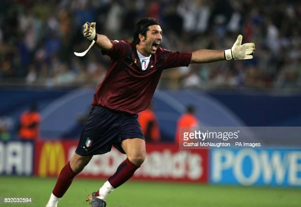 Italy goal kepper Gianluigi Buffon celebrates Luca Toni's first goal