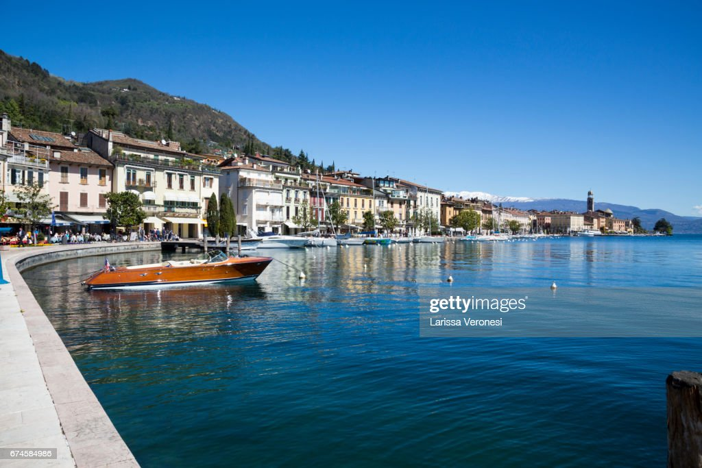 Italy, Lake Garda, Salo, Waterfront promenade with boats : Stock-Foto