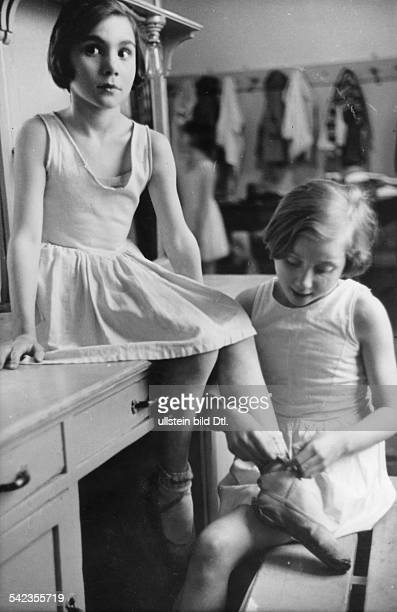 Italy Lombardia Milano Girls of the Scala Theatre Ballet School undated probably 1934 Photographer Alfred Eisenstaedt Vintage property of ullstein...