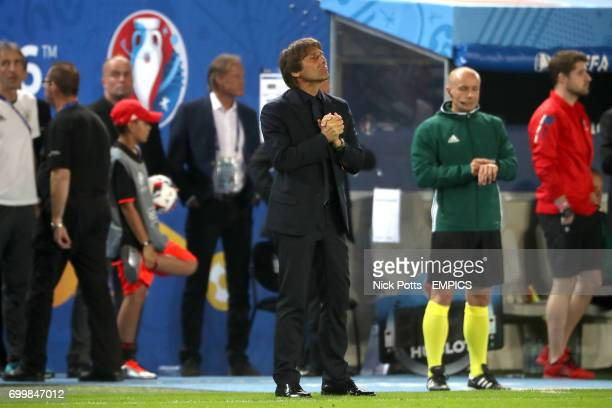 Italy manager Antonio Conte reacts on the touchline before the beginning of extratime