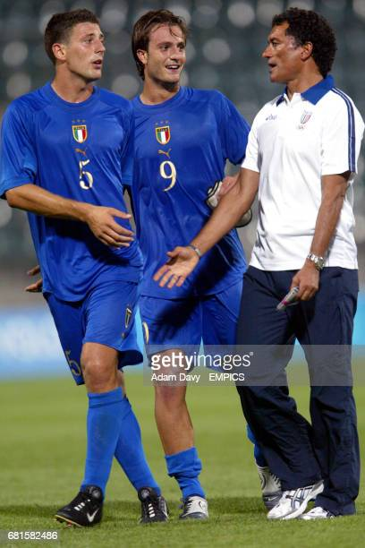 Italy manager Claudio Gentile chats with his players Alberto Gilardino and Daniele Bonera