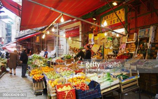 Italy, Palermo, Vucciria, Piazza San Domenico fruit market : Foto de stock