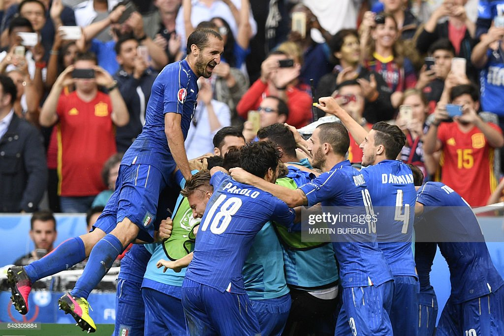 Italy players react after Italy scored a second goal during Euro 2016 round of 16 football match between Italy and Spain at the Stade de France stadium in Saint-Denis, near Paris, on June 27, 2016. / AFP / MARTIN