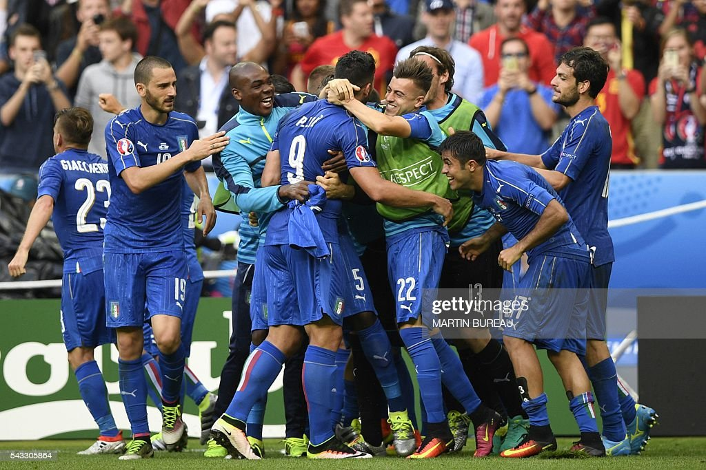 Italy players react after Italy's forward Pelle scored a second goal for the team during Euro 2016 round of 16 football match between Italy and Spain at the Stade de France stadium in Saint-Denis, near Paris, on June 27, 2016. / AFP / MARTIN
