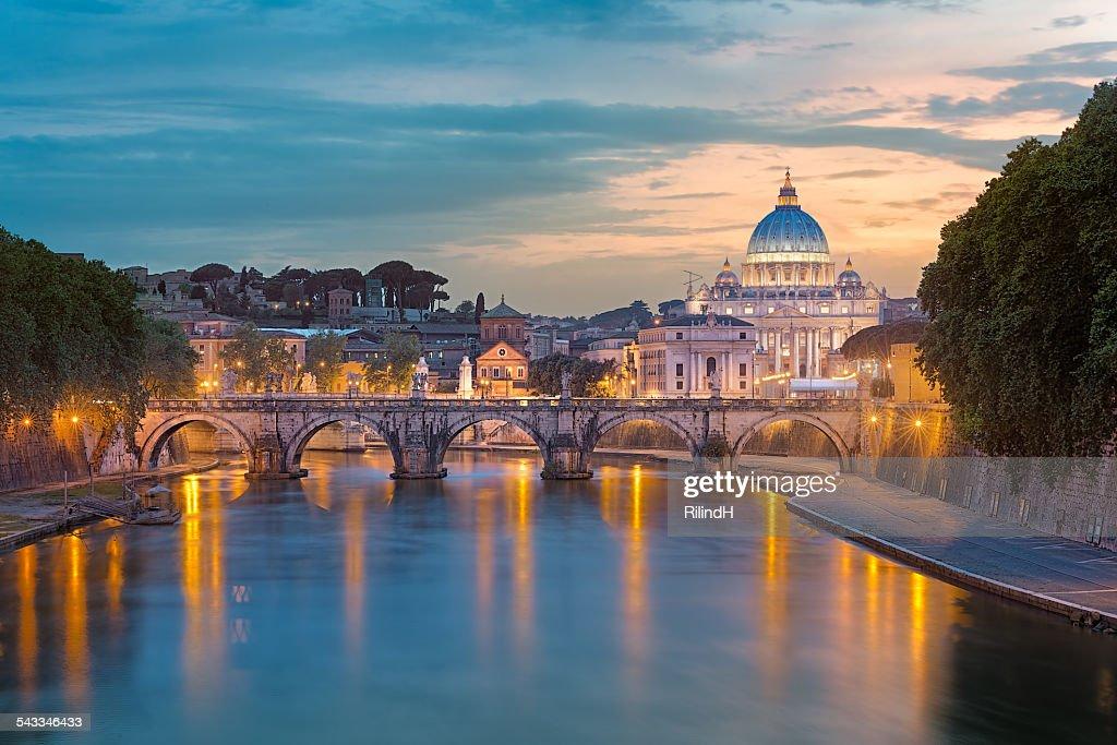 イタリアの幻想的なアーチ橋