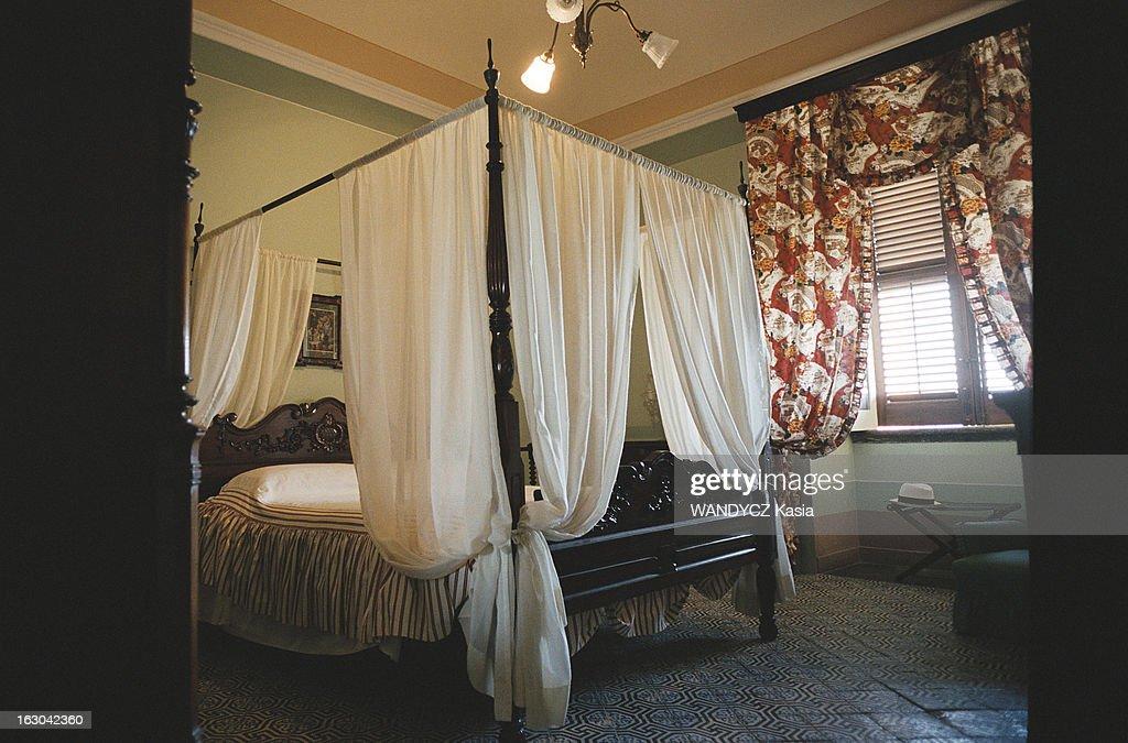 chambre lit baldaquin deco chambre internat 16 tours une. Black Bedroom Furniture Sets. Home Design Ideas