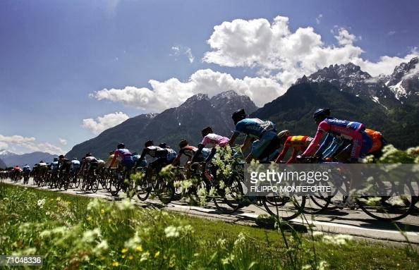 The pack rides through the mountains during the 18th stage of Giro D'Italia cycling tour from Sillian to Gemona 25 May 2006 Germany's Stefan...
