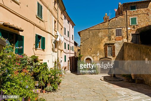 Italy, Tuscany, Castagneto Carducci, old houses and alley