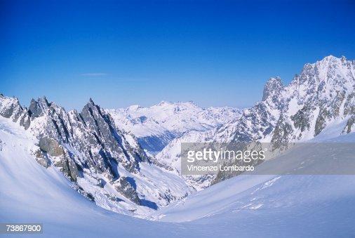 Italy, Valle D'Aosta, Courmayeur, Mont Blanc : Bildbanksbilder