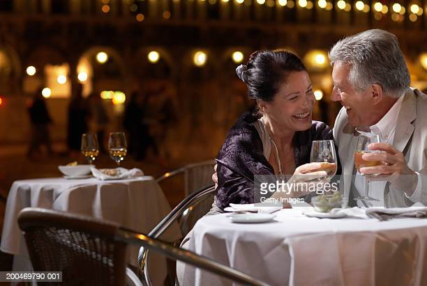 Italie, Venise, couple au restaurant table de nuit et en plein air