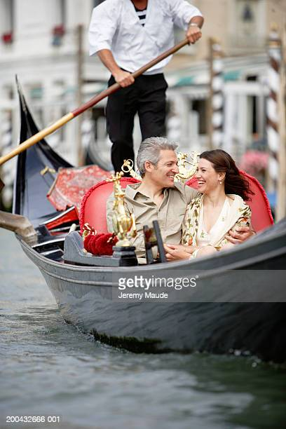 Italie, Venise en gondole, souriant couple