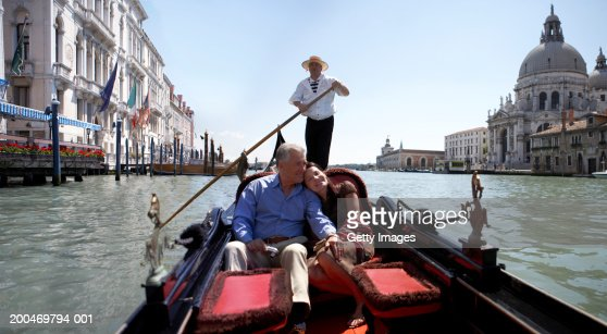 'Italy, Venice, couple riding in godola, woman leaning against man' : Foto de stock