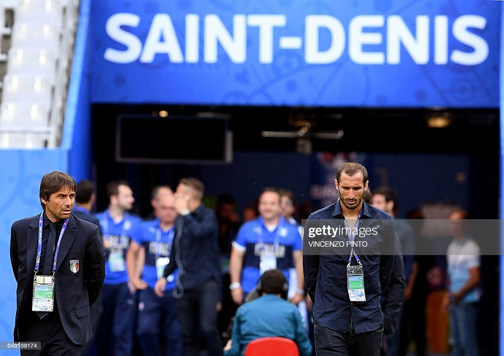 Italy's coach Antonio Conte (L) and Italy's defender Giorgio Chiellini (R) enter the San Denis stadium in Paris for a walks around on June 26, 2016, on the eve of the Euro 2016 football match against Spain. / AFP / VINCENZO